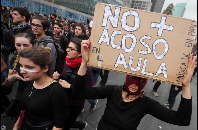 Cientos de personas, en su mayoría mujeres, protestan durante una manifestación en contra de la violencia machista hoy, miércoles 16 de mayo de 2018, en Santiago (Chile).