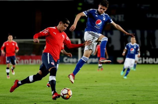 El jugador de Millonarios Christian Huérfano (d) disputa un balón con Alan Franco (i) de Independiente de Avellaneda, durante su partido por Copa Libertadores hoy, jueves 17 de mayo de 2018, en el estadio Nemesio Camacho