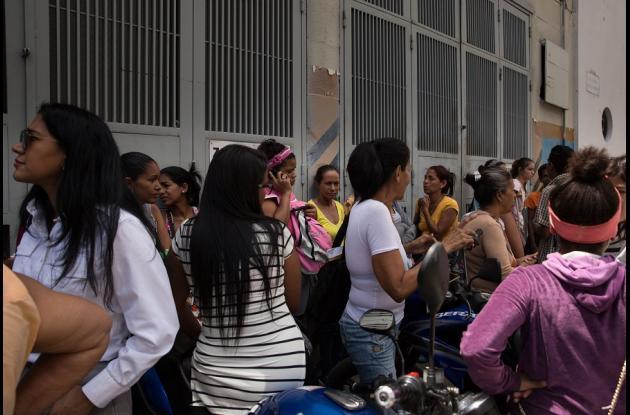 Familiares de los detenidos en la sede del Servicio Bolivariano de Inteligencia (Sebin), también conocida como Helicoide, se congregan en el exterior del edificio para protestar y pedir información hoy, jueves 17 de mayo de 2018, en Caracas (Venezuela).