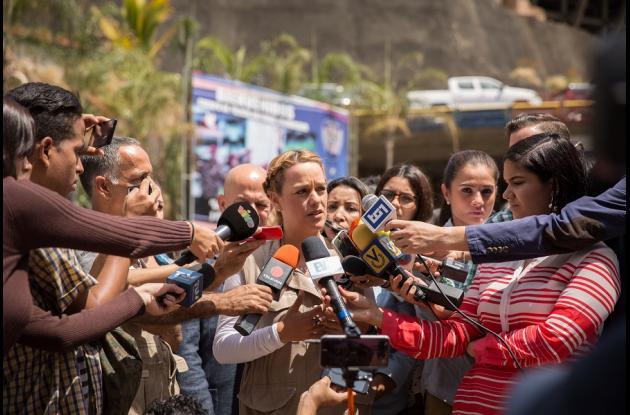 Lilian Tintori, esposa del opositor Leopoldo López, realiza declaraciones a los medios de comunicación en el exterior de la sede del Servicio Bolivariano de Inteligencia (Sebin), también conocida como Helicoide, en Caracas (Venezuela).