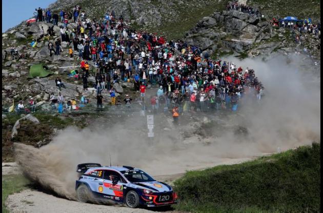 El piloto belga Thierry Neuville conduce su Hyundai i20 WRC durante la segunda jornada del Rally de Portugal, sexta prueba del Mundial