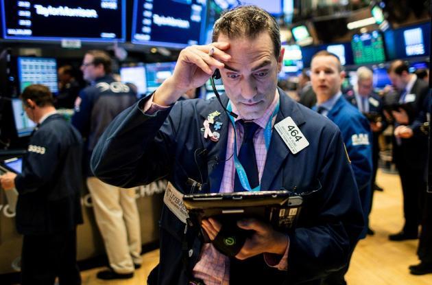 Varios operarios trabajan en el parqué de la Bolsa de Nueva York, EE.UU..