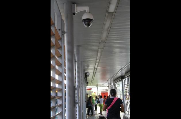 Cámaras de seguridad que monitorean estaciones de Transcaribe.