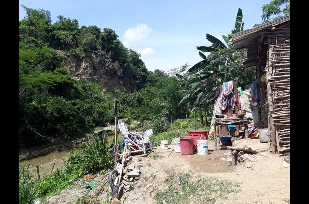 Patio de una casa a orillas del arroyo
