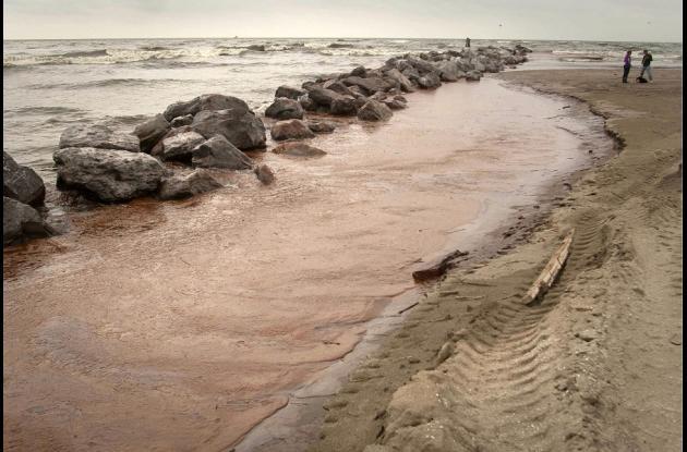 Fotografía de archivo fechada el 4 de junio de 2010, que muestra una playa afectada por un vertido de petróleo en el Golfo de México, en el parque estatal de Grand Isle, Luisiana (EE.UU.).