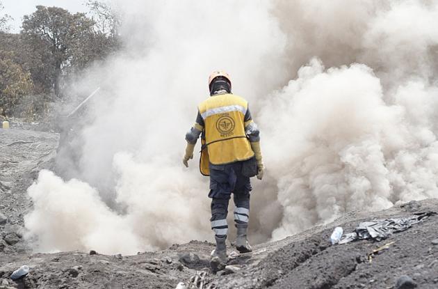 Rescatistas continúan las labores de búsqueda y rescate en el caserío El Rodeo (Guatemala).