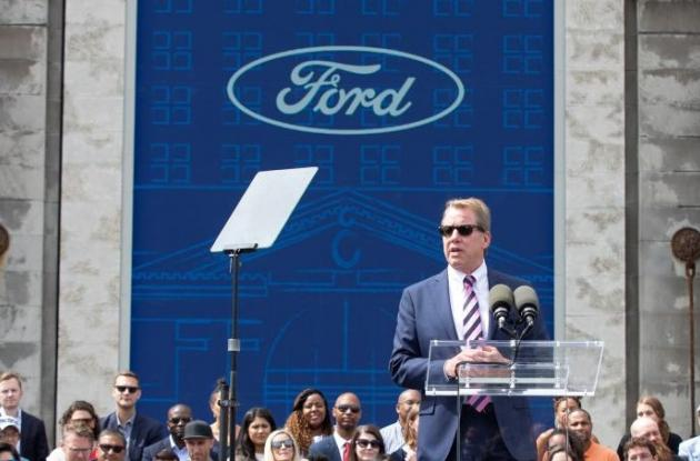 Bill Ford, presidente ejecutivo de la compañía Ford, participa en un acto frente a la antigua estación de tren de la ciudad, Michigan Central, que convertirán en un centro de desarrollo para vehículos autónomos, en Detroit, EE.UU.