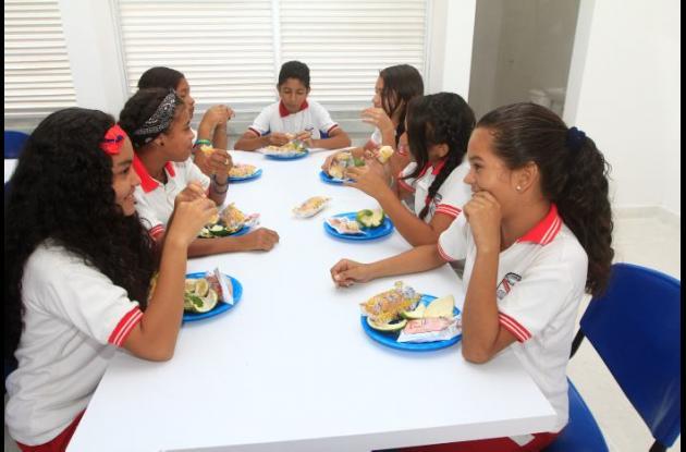 Estudiantes recibiendo alimentación escolar