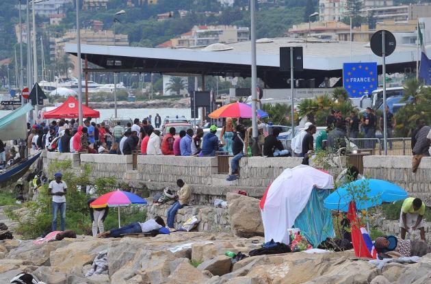 Varios inmigrantes montan un campamento en la localidad fronteriza con Francia de Ventimiglia, Itallia.