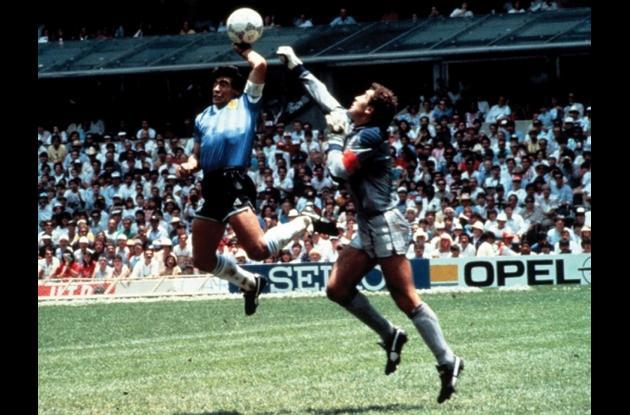 Maradona anota un gol con la mano ante Inglaterra, México 86.