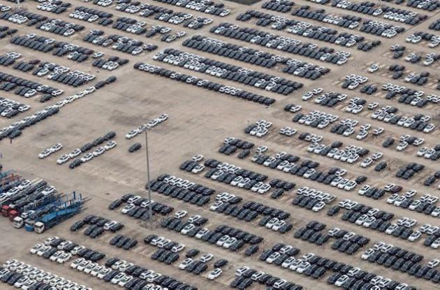 Lote con vehículos nuevos en EEUU.