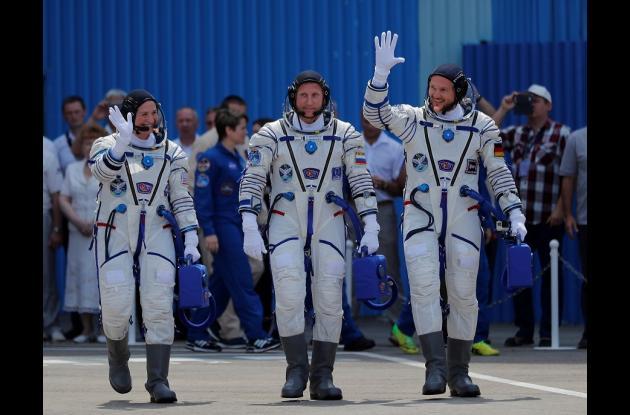 Los integrantes de la expedición 56-57 a la Estación Espacial Internacional (EEI), la astronauta de la NASA Serena Aunon-Chancellor (i), el astronauta de la ESA Alexander Gerst (d) y el astronauta de la Agencia Espacial Federal Rusa Sergey Prokopyev se despiden antes de la ceremonia de lanzamiento de la Soyuz MS-09.
