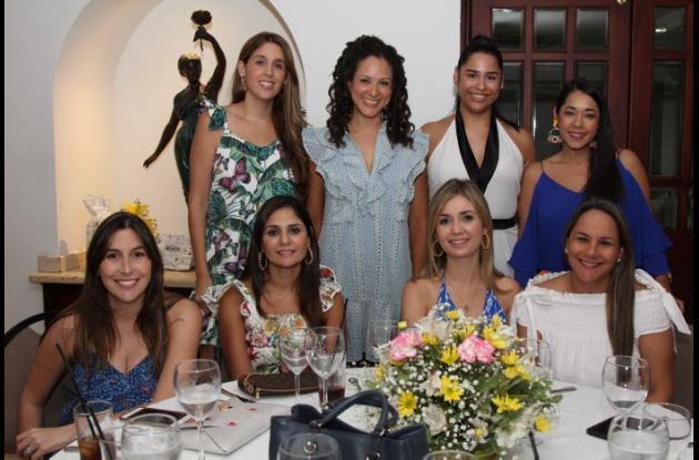 De pie: Natalie Maciá, María Lucía Herrera, Bibiana Vargas y Magda Berrío; sentadas: Katyna Dáger, Ana Teresa Movilla, Diana Cepeda y María Camila Salas.