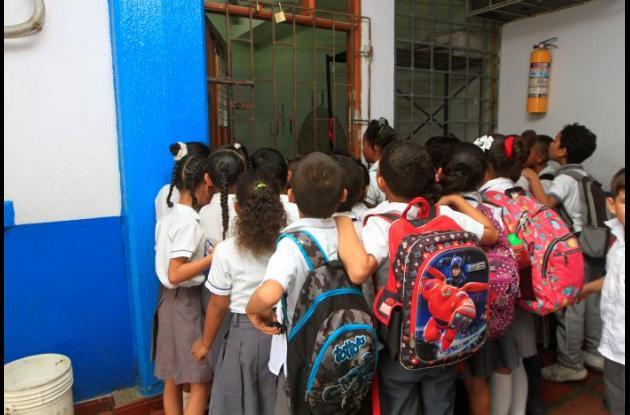 Niños a la espera de refrigerio industrializado