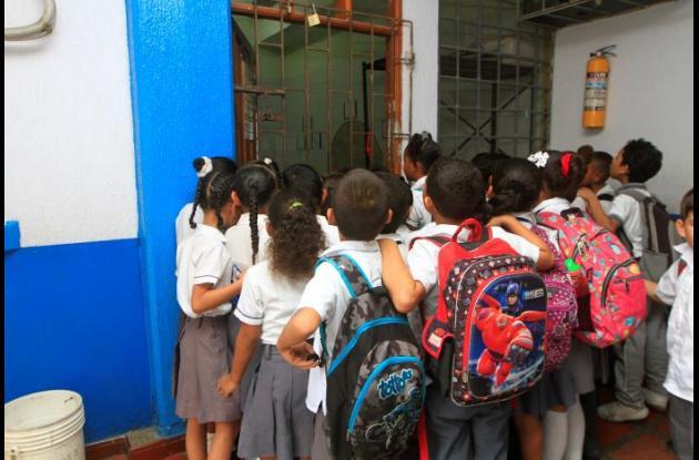 Niños esperando refrigerios en el colegio