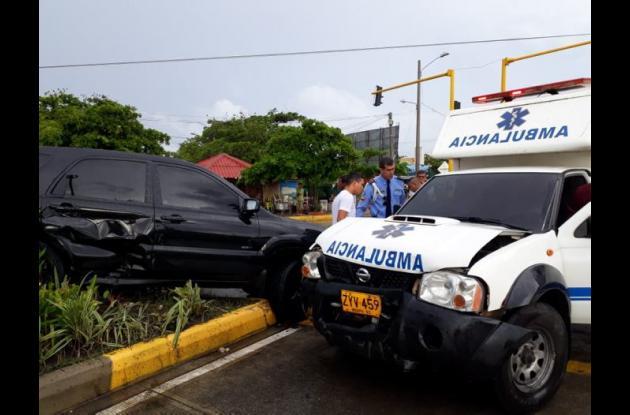 Camioneta y ambulancia colisionados