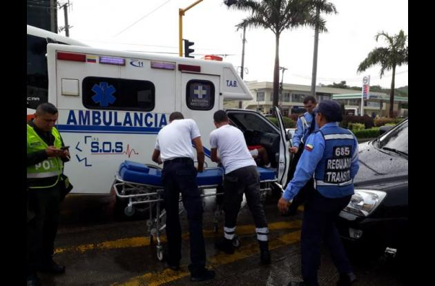 Transportan heridos en una ambulancia.