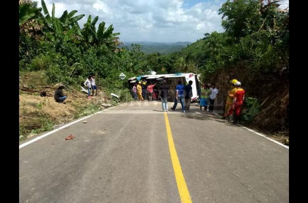 Bus de la Universidad de Cartagena volcado en carretera de los Montes de María.