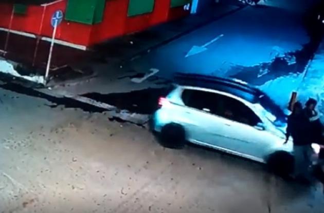 Captura de video de accidente en Santa Rosa del Sur en el que Noraida Marval salió herida. Un carro la arrolló.