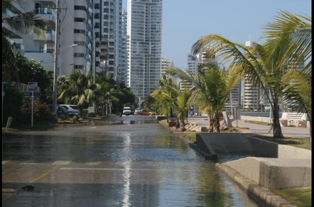 Calle inundada con agua de lluvia