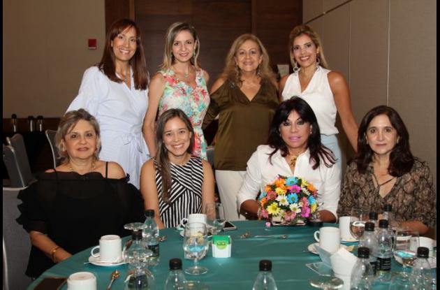 De pie: Beatriz Castillo, Cristina Calderón, Vicky Montenegro y María Claudia Beltrán; sentadas: Angelina Gossaín, Juliana Berrío, Mayra Rodríguez y Vivian Chagui.
