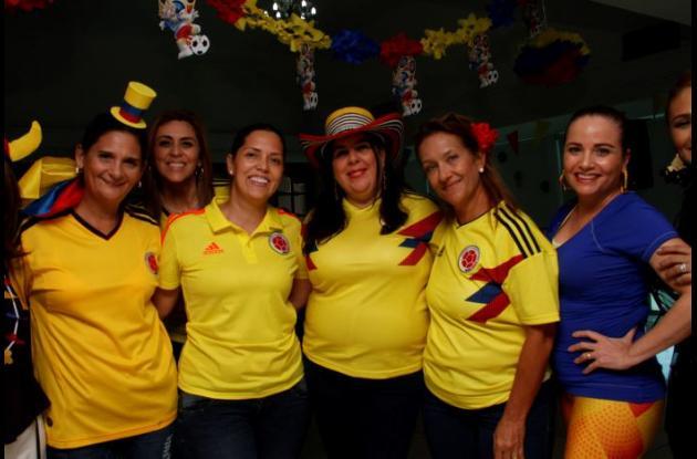 Carmen Quintero de Sierra, Adriana Soltau, Lina de Quezada, Mónica Quizena de Ramírez, Carolina de Pérez y Lucila de Silva.