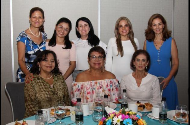 De pie: Claudia Fadul, Laura Anaya, Esperanza De Lavalle, Eulalia Pinedo, María Claudia Trucco; sentadas: Ledis Caro, Rosario Meléndez y Martha Bajaire.