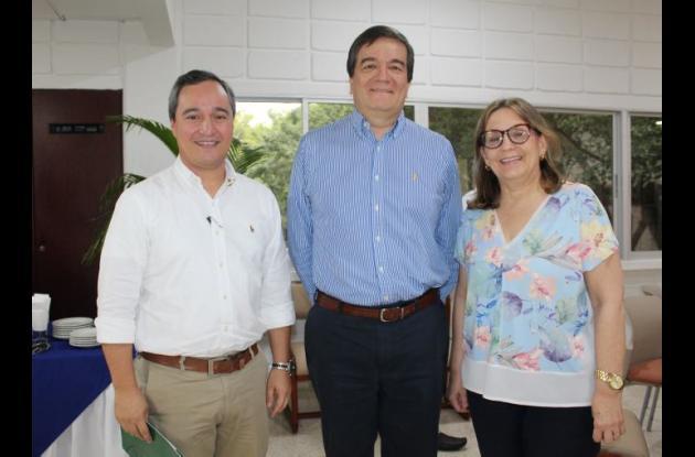 Daniel Toro González, nuevo Vicerrector Académico de la UTB; el rector, Alberto Roa y la Vicerrectora Administrativa, María del Rosario Gutiérrez.