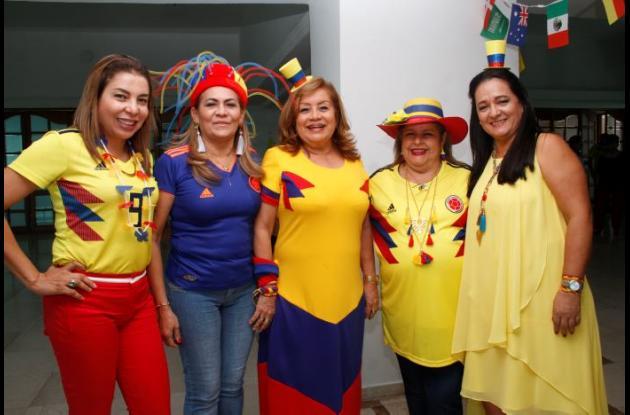Darly de Bustos, Alice de Torres, Elvira Trillos, Jenny de Hincapié y Alba Lucía de Fernández.