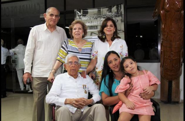De pie Julio E. Salazar, Fanny Romero y Diana Romero; sentados Francisco Romero, María Salazar y Sophie Anturi.