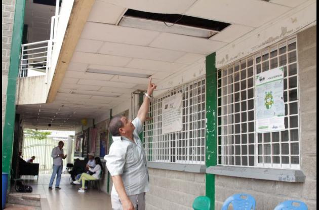 Hombre señalando techo