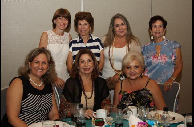 De pie: Diana Gedeón, Prince Martínez, Soraya Jaime y María del Socorro Pinzón; sentadas: Tatiana Darisich, Adalgiza Frieri y Marlene Pombo.