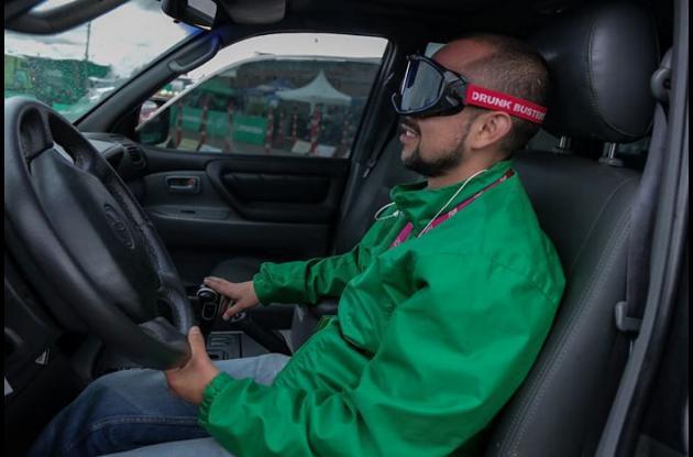 Hombre usando el simulador de accidente viales