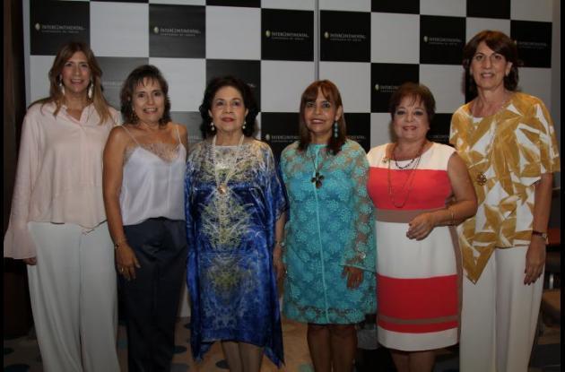 Icha de Bajaire, Rosario Diazgranados, Leonor de Giraldo; la homenajeada, Maruja Parra; Margarita De Brigard y Sonia Gedeón.