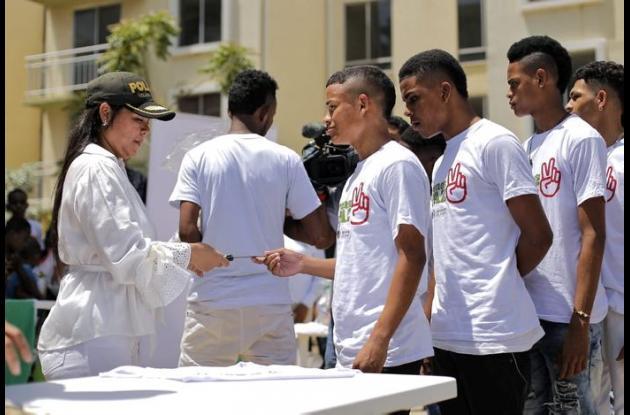 Jóvenes firman acto de paz.