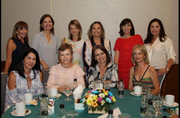 De pie: Magdalena Minervini, Judith Araújo, Aida Gerdts, Carolina Araújo, Diana Vidales y Rocío Faciolince; sentadas: María Elvira Faciolince, Gretel Gerdts, Connie Arango y Lizeth de Cepeda.