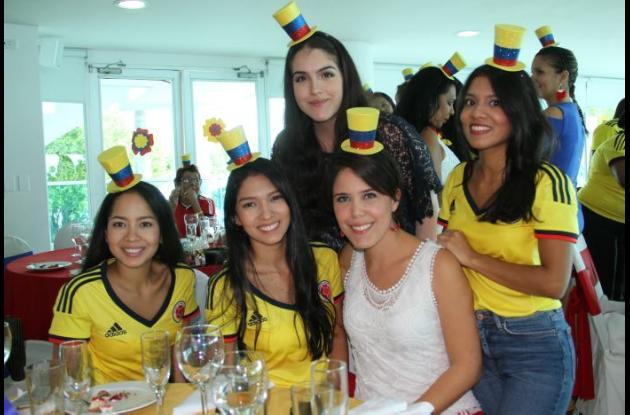 De pie: Melina Ortiz y Alaina Martínez; sentadas: Diandra Martínez, Oriana Martínez y Katherine Zapata.