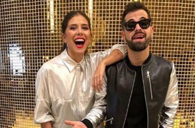 Para cerrar su show, Mike invitó a tarima a su novia Greeicy Rendón para cantar juntos