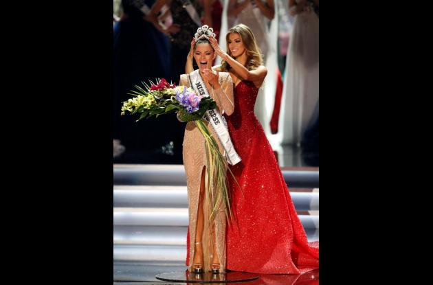 La sudafricana Demi-Leigh Nel-Peters, actual reina, será la encargada de entregar la corona a la nueva soberana.