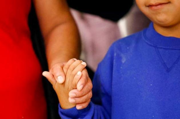 Los niños quedan bajo custodia mientras se llevan a cabo los procesos migratorios de sus padres.
