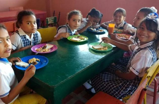 Niños comiendo en el colegio