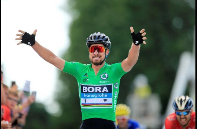 Peter Sagan cruza la línea de meta victorioso en la etapa 5 del Tour de Francia