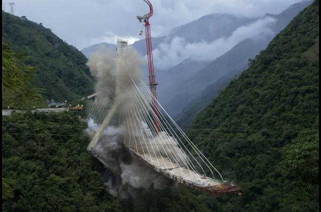 implosión del pilar C del Puente de Chirajara