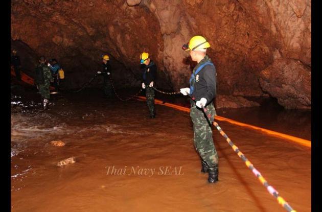 Rescatista tailandés en una cueva.