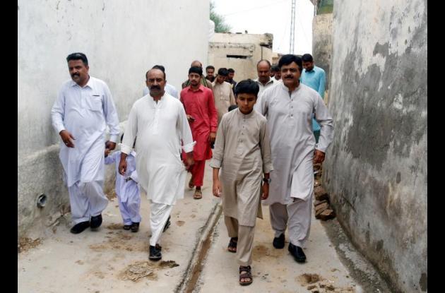 Salar Islam camina con hombres.