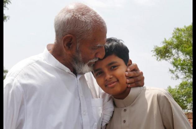 Salar Islam junto a un familiar.