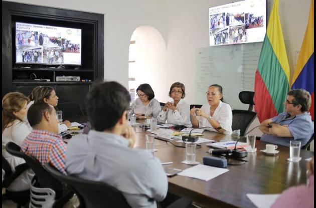 Yolanda Wong se reúne en su despacho con funcionarios