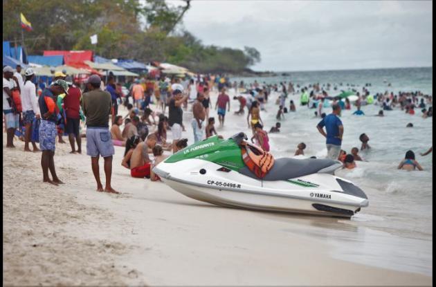Bañistas y vendedores ambulantes convergen en Playa Blanca.