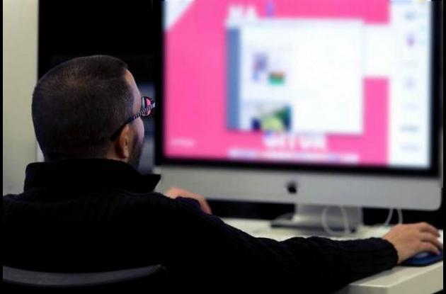 Hombre frente a un computador