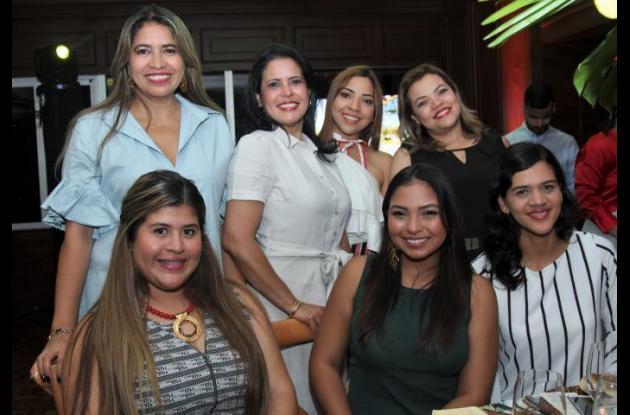 De pie: Leticia Escalante, Raquel Rada, Kira Elejalde y Liliana Pattigno; sentadas: Stefani Otero, María Camila López y